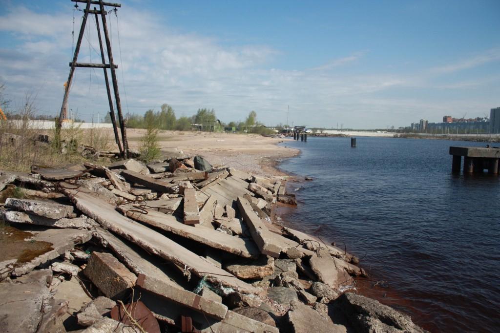 Бетонные блоки основания (слева) и общий вид техногенного пляжа в районе строительства Лахта-Центра.