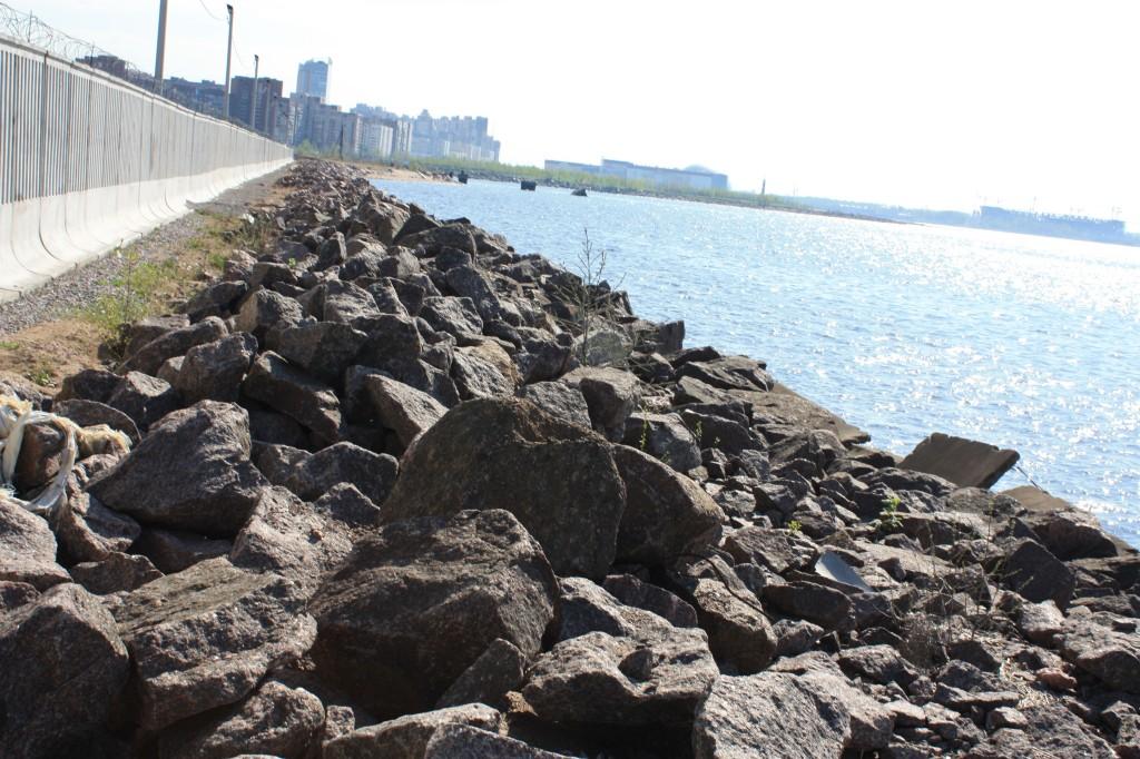 Валунно-глыбовая отсыпка на участке территории Лехта-Центра.